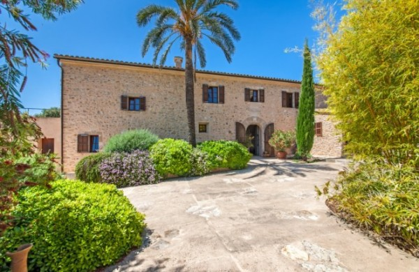 Historical, rare, restored property with extended views in Porreres