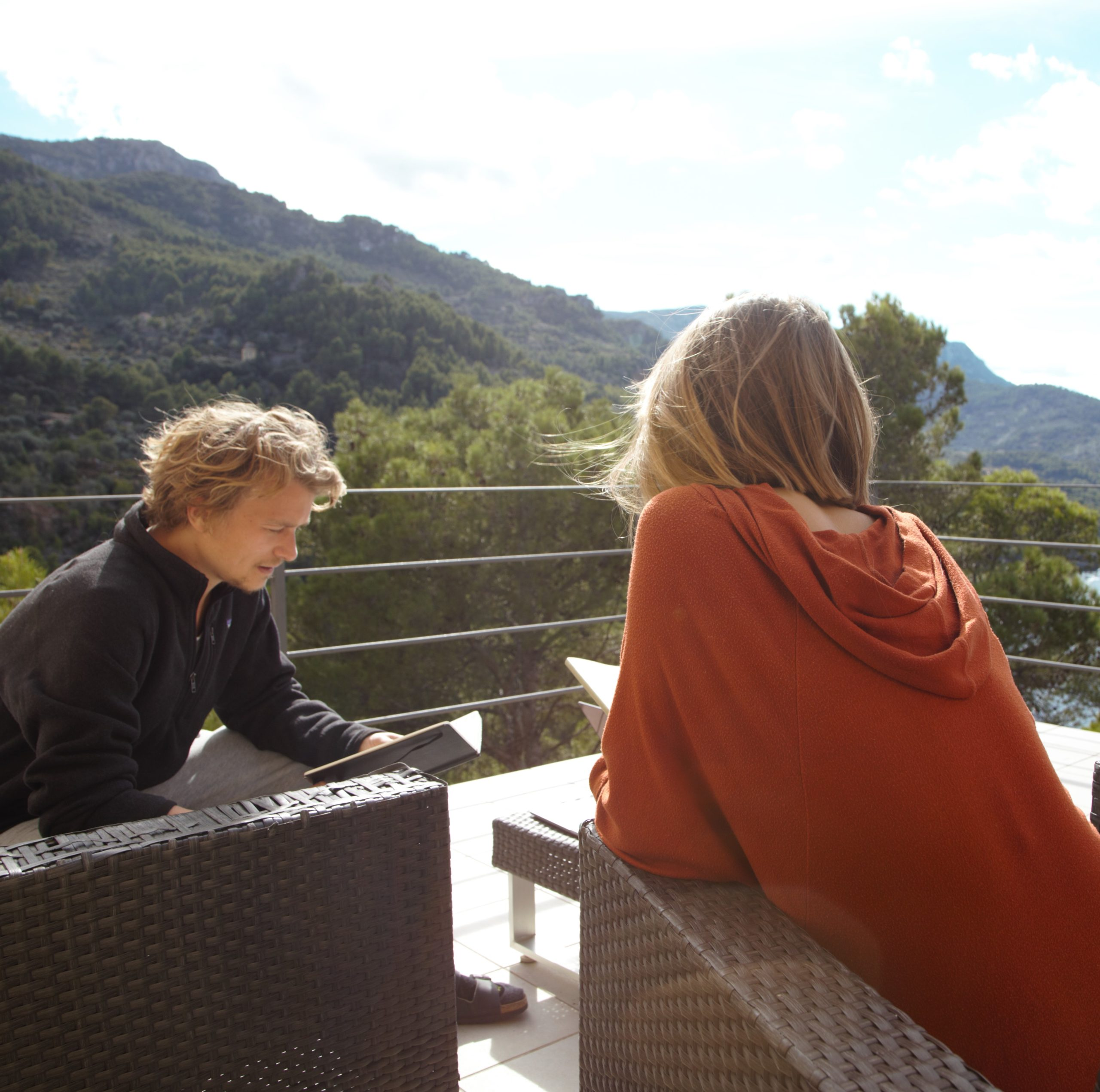 Fabian Dudek in Homeoffice with views to the sea. Picture source: Dudek with his Team in Mallorca. Picture Source: Stefanie Claudia Müller