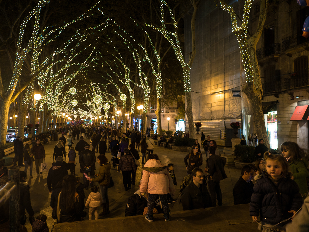 On the first weekend of Advent, many locals come to the Old Town to admire the lights.
