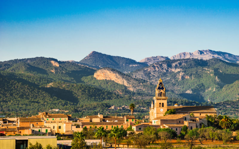 The foothills of the Tramuntana, meadows, vineyards and idyllic villages characterise the feeling of central Mallorca. Image: Shutterstock