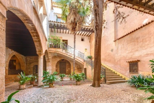 Large apartment with 3 terraces and a guest apartment in a wonderful old-town palace