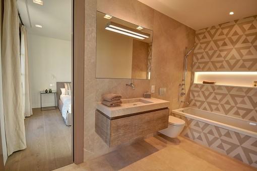 Modern bathroom en suite with bathtub for colder daysa