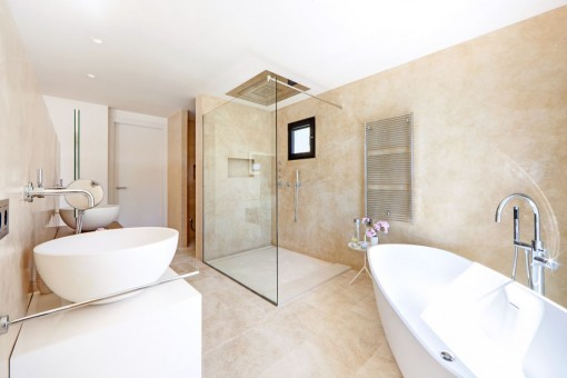 One of 4 luxurious bathrooms