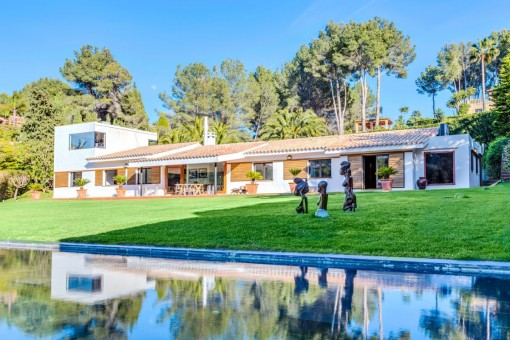 Partly renovated villa with wonderful views and a unique design, right on the Son Vida golf course
