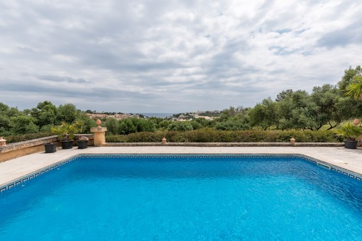 Alternative view of the pool with panoramic views