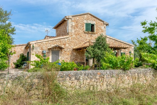Comfortable, expanded stone house near Sineu on a plot with trees and the possibility to build a pool