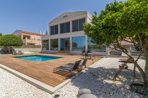 Large chalet on the first sea line in Son Veri Nou