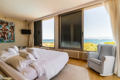 Double-bedroom with panorama sea views