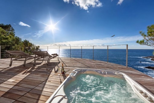 Appealing jacuzzi next to the sea