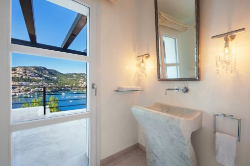 Bathroom with access to the terrace