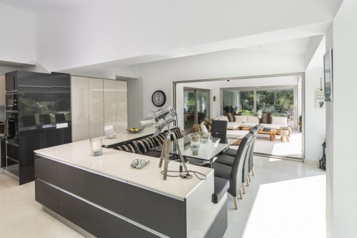 Elegant, fully equipped kitchen