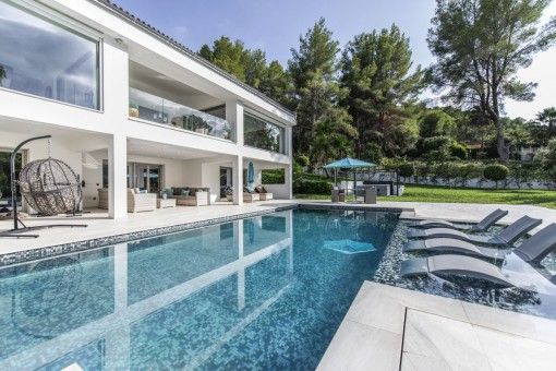 Beautiful bright villa right on the golf course in Son Vida