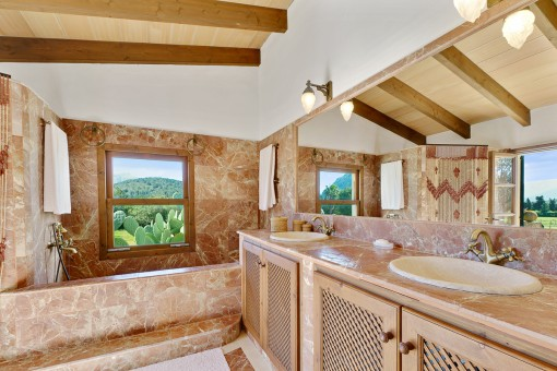 En suite bathroom with bathtub
