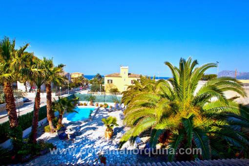 Versatile villa with four apartments, close to the beach