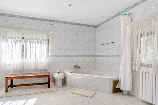 Main bathroom with bath tub