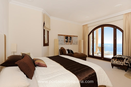 Bedroom with sea views from the bed