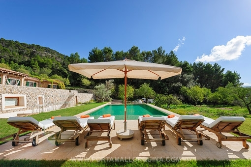 Pool wit fantastic views to the garden