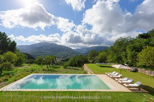 Swimming pool with views to the mountains
