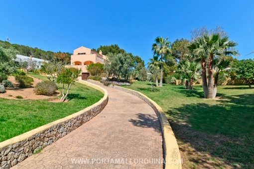 Very well maintained villa at the sea with beautiful garden in a quiet residential area
