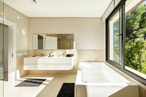 Bathroom with daylight and bathtub