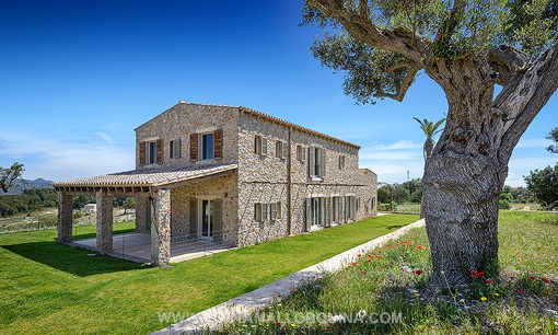 Detached luxury villa with views of the natural beauty of the region