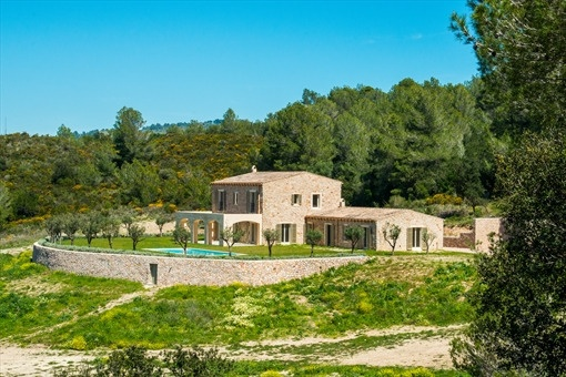 Detached luxury villa with swimming pool in an idyllic resort