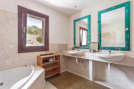 Exclusiv bathroom with bathtub and daylight