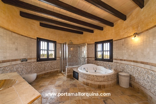 Spacious traditional bathroom with a bathtub
