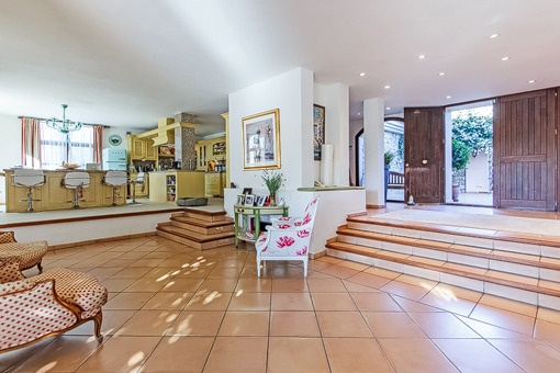 Spacious entrance hall with views to the kitchen