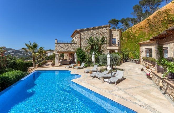 Fantastic natural-stone villa with separate...