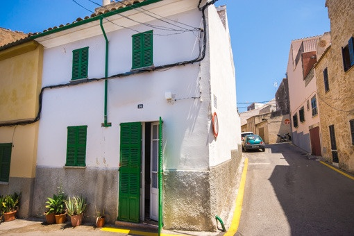 House in the historic centre to be refurbished with views over the roofs of Alcúdia in calm location