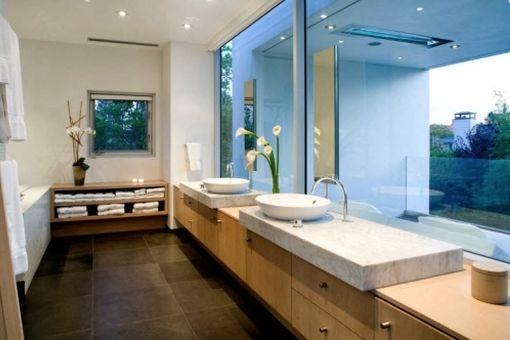 Bright bathroom with view of the garden
