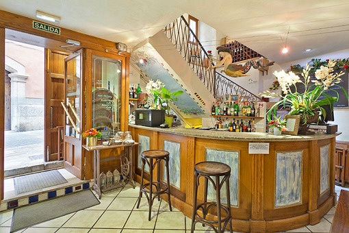 Entrance area and bar