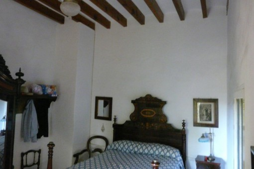 Bedroom with typicall wood-beamed ceiling