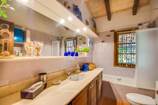 Bathroom with daylight and bathtub