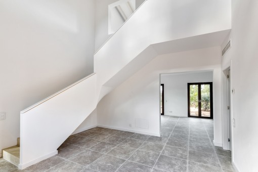 Simplistic entrance area with staircase to the upper floor