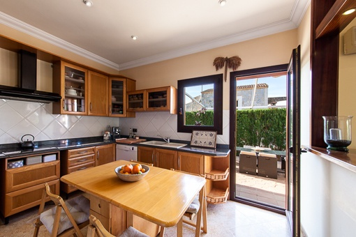 Fully equipped kitchen with access to the garden
