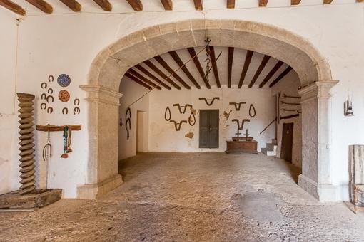Entrance with antique elements