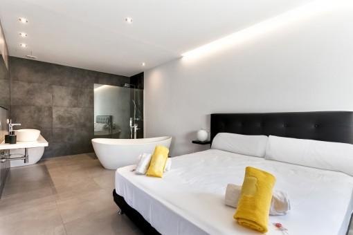 Master bedroom suite with bathroom en suite