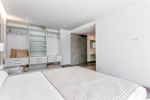 The second master bedroom suite with bathroom en suite