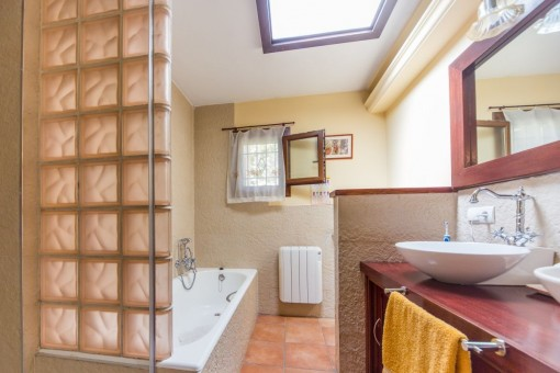 Bathroom with bathtub, daylight and heating