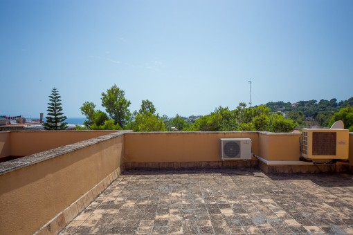 Large roof terrace with nice views of the sea