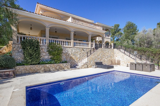 Elegant villa with sea views in central location purchase