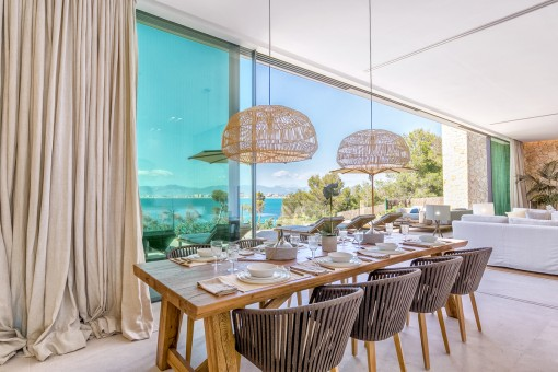 Wonderful dining area with sea views