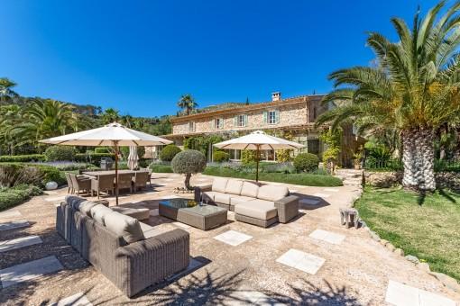Mediterran garden and lounge area