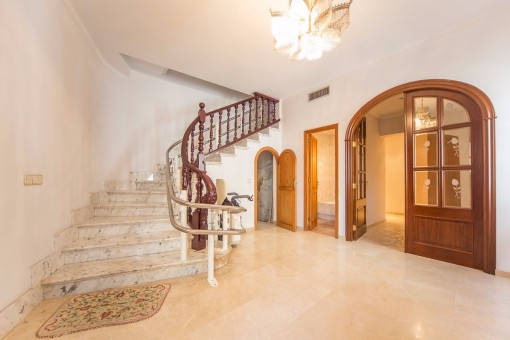 Beautiful entrance hall with staircase to the upper floor