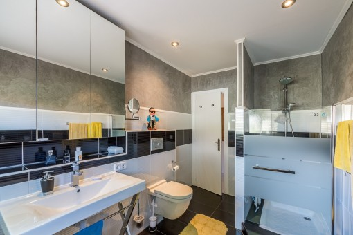 Large and modern bathroom with shower