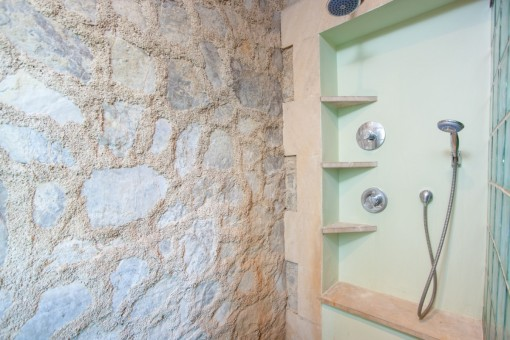 Shower with natural stone elements