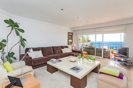 Bright living area with sea views and access to the terrace