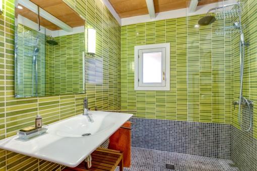 Green bathroom en suite